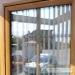 Rudas plastikinis langas su padalijimais stiklo paketo viduje