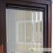 Plastikinis langas su horizontalia orlaide sumontuota stiklo paketo viršuje